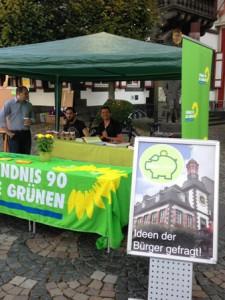 Die Ideen der Bürger waren gefragt: Matthias Kaißling, Aaron Lentes und Markus Holzhäüser bei der Arbeit am Stand auf dem Mayener Marktplatz.